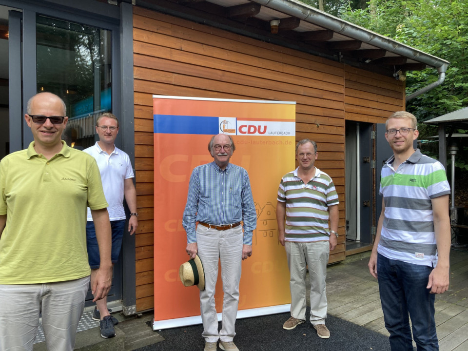 Die Wahlen für das Bürgermeisteramt, für den Kreistag und den Bundestag standen im Mittelpunkt der Sommertreffen-Gespräche von Michael Brand MdB, Dr. Jens Mischak, Rainer-Hans Vollmöller, Uwe Meyer und Michael Ruhl MdL (von links) bei der CDU-Lauterbach.
