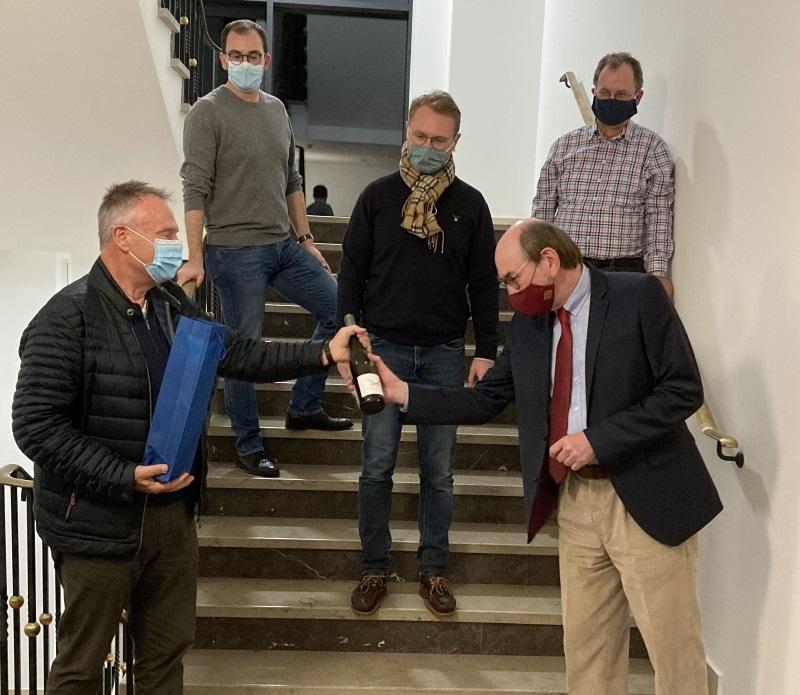 Erster Stadtrat Lothar Pietsch (links) gratuliert Rainer-Hans Vollmöller (rechts) zuammen mit Felix Wohlfahrt, Dr. Jens Mischak und Uwe Meyer (hinten, von links)